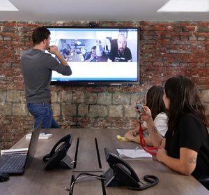 un écran interactif dans une salle de visioconférence